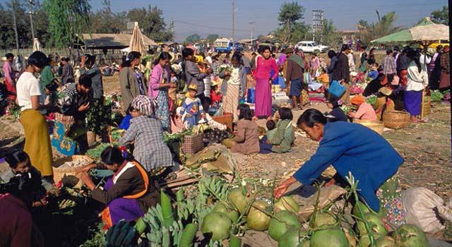 Colorato mercato locale