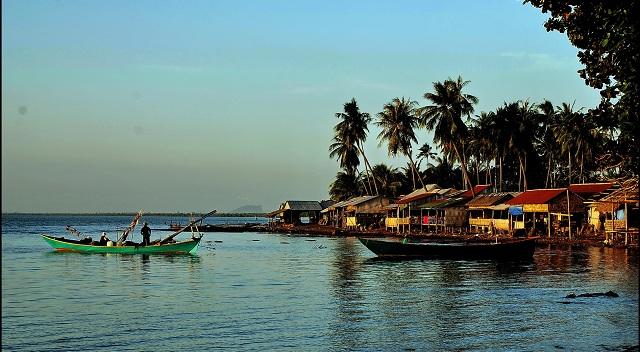 Villaggio dei pescatori intorno di Kampot