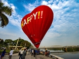Flying on hot air balloons to admire beautiful Hue from above