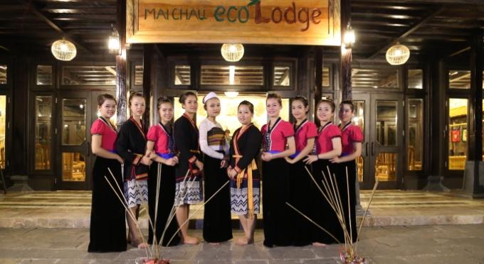 Traditionelle Tanzaufführung der Thai Menschen in Mai Chau