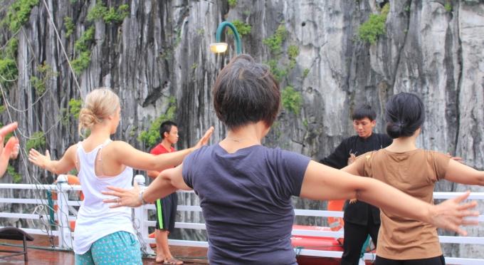 Tai Chi Kurs während der Kreuzfahrt in der Halong Bucht